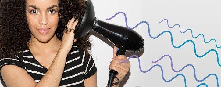 Cómo secar el pelo rizado con difusor